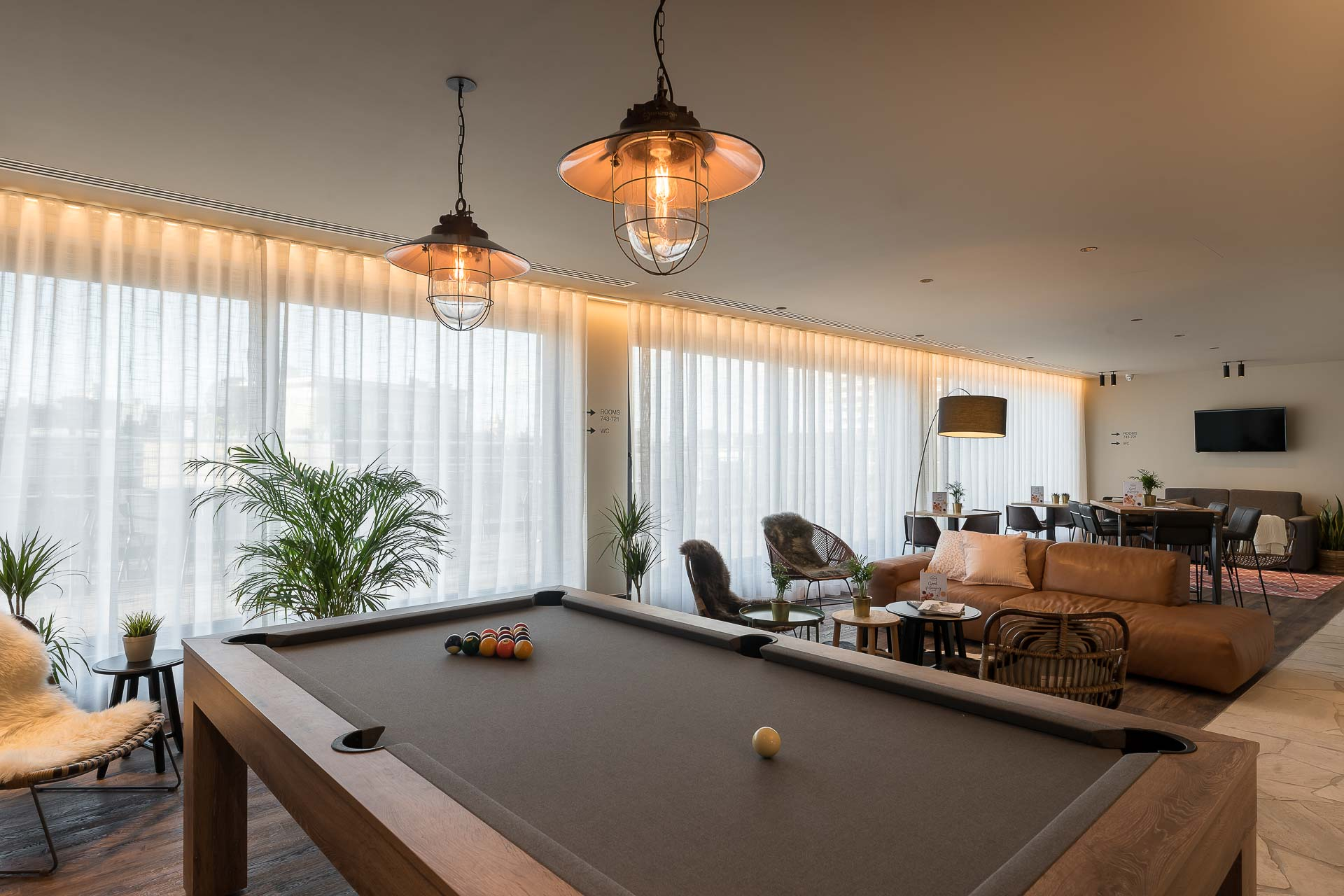 Pool table at Food Cafe PREMIER SUITES PLUS Antwerp